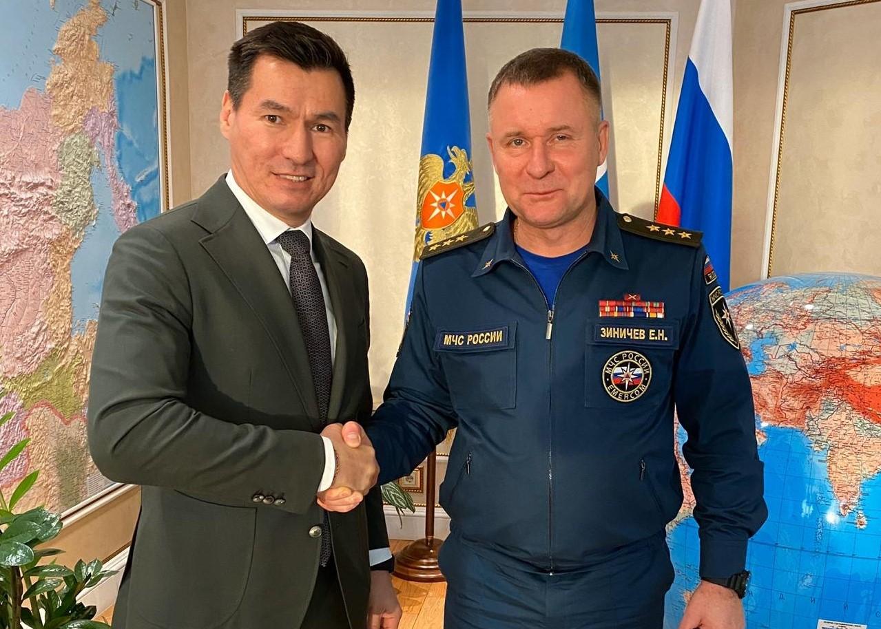 Бату Хасиков провел встречу с министром по ЧС России Евгением Зиничевым